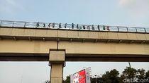 Penampakan Penumpang Susuri Rel karena LRT Palembang Mogok