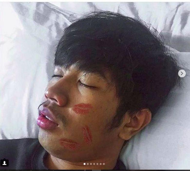 1. Salah seorang warganet menirukan gaya tertidur dengan wajah penuh bekas lipstick di bagian pipi. Foto: Instagram Young Lex