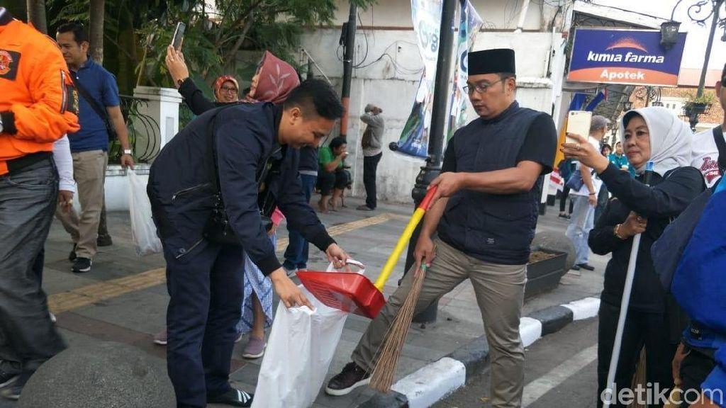 Kompak! Ridwan Kamil dan Warga Kerja Bakti Beberes Bandung