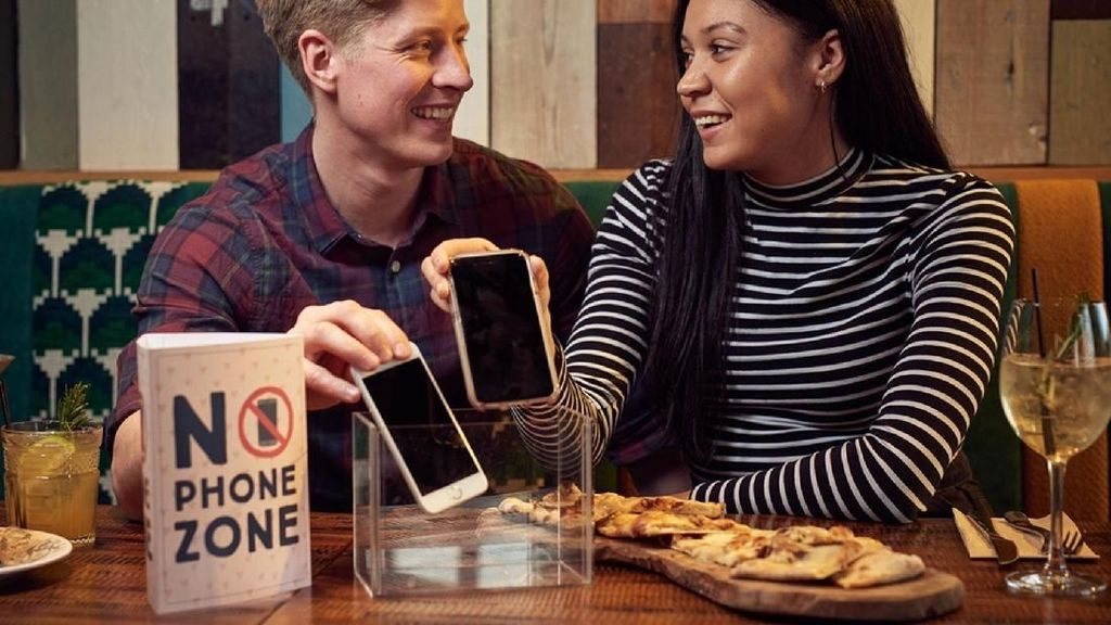 Restoran Ini Larang Pengunjungnya Gunakan Ponsel Selama Makan