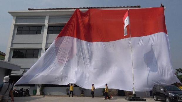Sambut HUT RI, Polres Tangerang 'Dibungkus' Merah-Putih Raksasa
