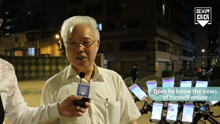 Foto: Kakek 70 Tahun Ini Main Pokemon Go Pakai 9 Smartphone