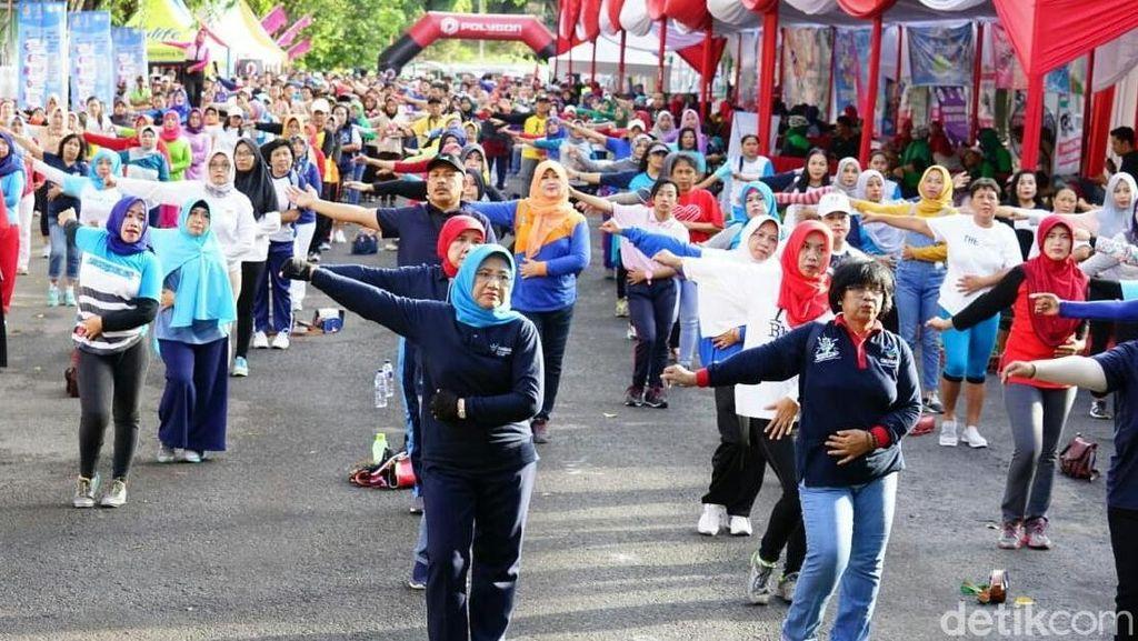 Peserta Sepeda Nusantara 2018 Diajak Senam Kreasi I Love Banyuwangi