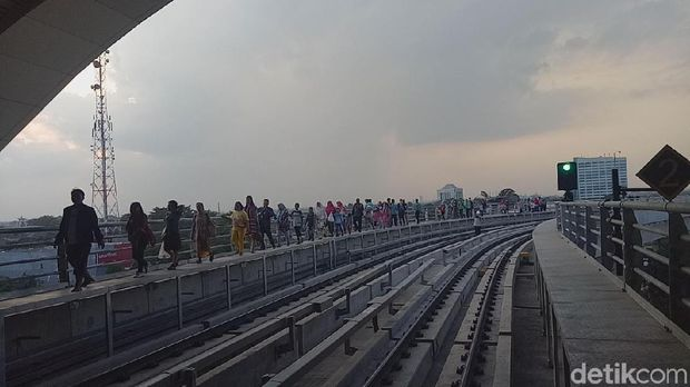 LRT Palembang sempat mogok dan membuat penumpang harus jalan kaki menuju stasiun