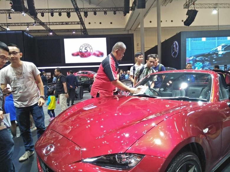 Para pembersih mobil di pameran GIIAS. Foto: Ruly Kurniawan