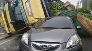 Sopir Tak Konsentrasi Sebabkan Truk Pisang Timpa Mobil di Jakbar