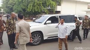 Foto: Salam Hormat Prabowo Saat Tiba di RSPAD untuk Tes Kesehatan