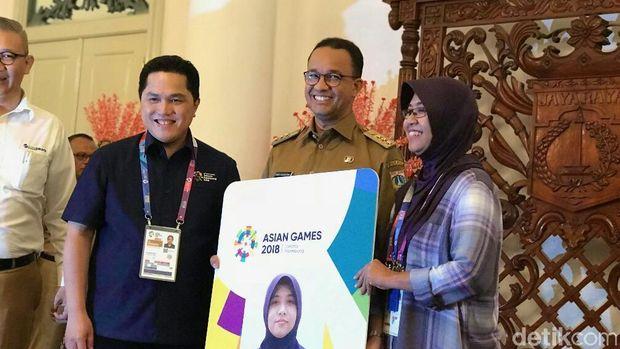 Gubernur DKI Jakarta Anies Baswedan dalam pemberian kartu khusus bagi wartawan peliput Asian Games 2018 di Balai Kota, Medan Merdeka Selatan, Jakpus, Senin (13/8/2018)