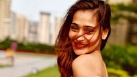 Foto: Inilah Sara Khan, model sekaligus aktris Bollywood yang sedang dirundung masalah kontroversial. Dia dihujat netizen gara-gara foto memakai bikini saat liburan ke Dubai. (Instagram/@ssasrakhan)