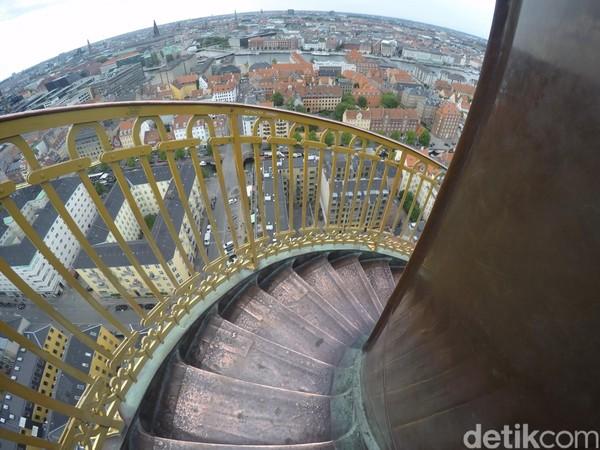 Ada sekitar 400 anak tangga yang harus dipanjat untuk mencapai puncaknya. Mendekati puncak, tangga semakin sempit sehingga harus hati-hati saat berpapasan dengan turis lain. (Uyung/detikTravel)