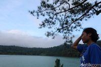 Pengunjung menikmati indahnya danau (Bonauli/detikTravel)