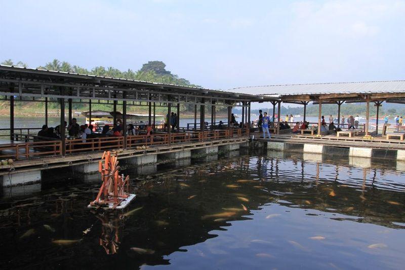 Ini adalah restoran terapung Floating Resto Napak Sancang yang berada di Kabupaten Bandung Barat, Jawa Barat. (Wisma Putra/detikTravel)