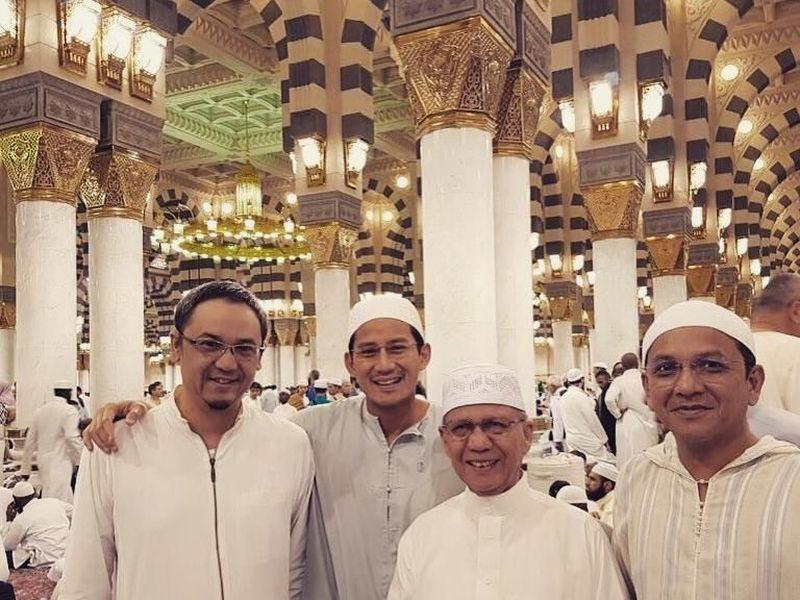 Sandiaga Uno beberapa kali pergi Umroh. Bahkan sebelum terjun ke politik. Ini adalah foto dia di Masjid Nabawi saat Umroh Ramadan tahun 2016. (sandiuno/Instagram)