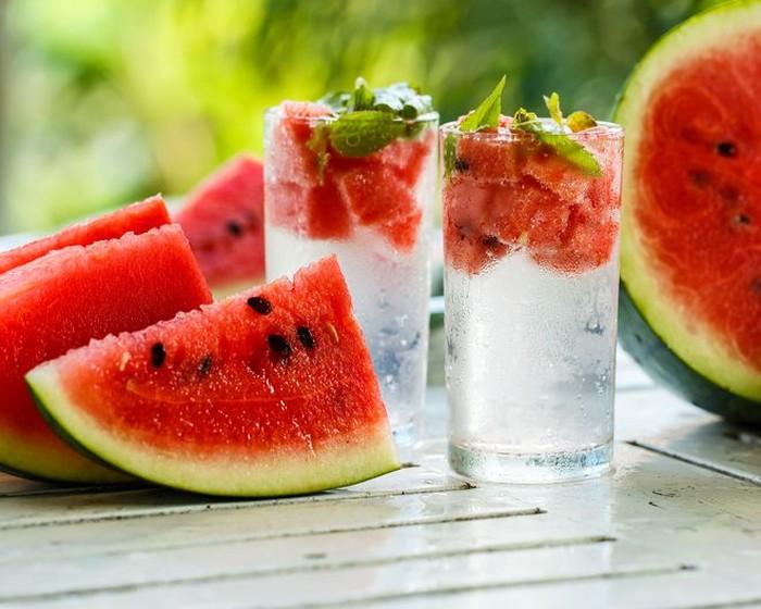 Cuma punya buah semangka di rumah? Bikin infused water aja! Infused water semangka dengan tambahan daun mint bisa singkirkan lemak jahat sekaligus tingkatkan sistem imun. Semangka sendiri mengandung citrulline, asam amino yang sehatkan liver. Foto: Istock