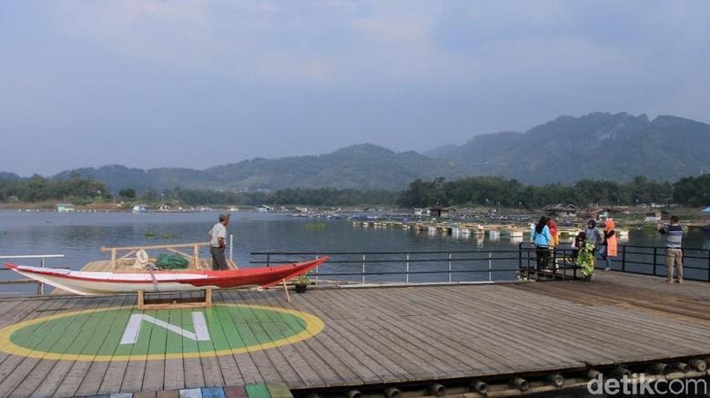 Wisatawan foto-foto di dermaga restoran kawasan Waduk Saguling (Wisma Putra/detikTravel)