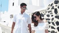 Ia pun memilih Santorini untuk merayakan bulan madu, keduanya tampak kompak mengenakan busana putih-putih. Senada banget nih. Foto: Dok. Instagram/ tasyakamila