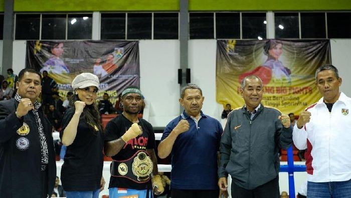 Promotor tinju wanita asal Magelang, Milasari Anggraini, saat gelar turnamen tinju akhir pekan kemarin (Istimewa)