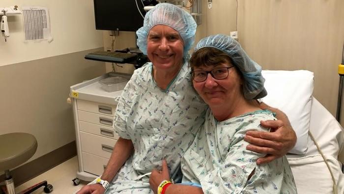 Sulit mencari donor bagi ginjalnya yang rusak parah, suami wanita ini memutuskan untuk donasi ginjalnya. Foto: Facebook