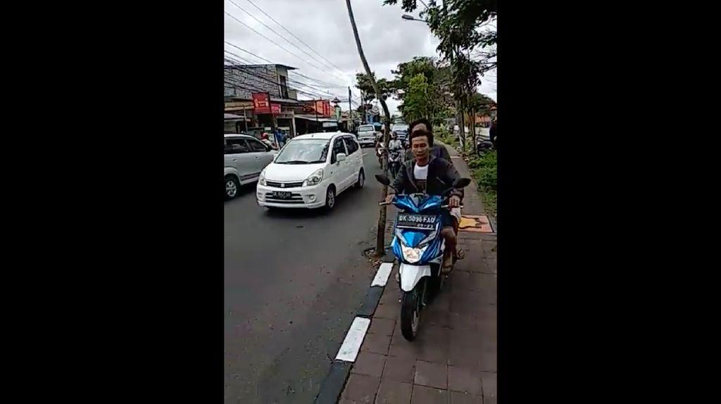 Salah Malah Maki, Begini Kelakuan Pemotor Jajah Trotoar di Bali