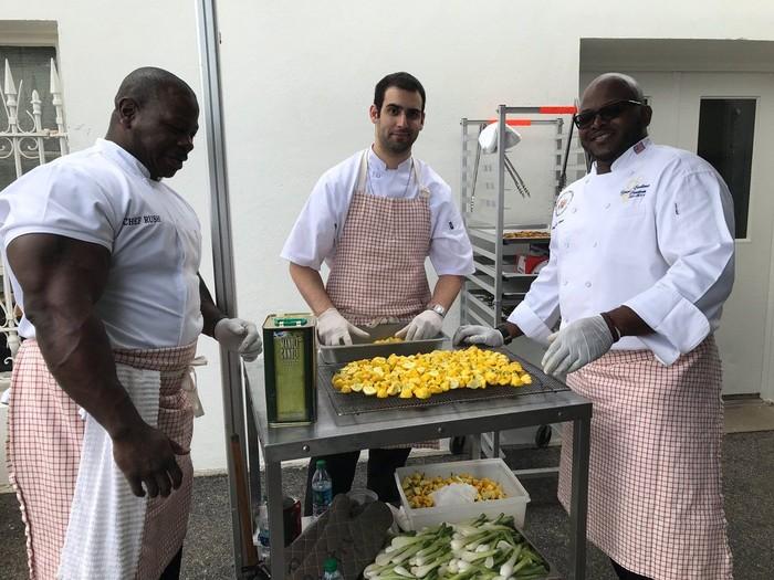 Andre menarik perhatian ketika potret dirinya sedang menyiapkan makanan buka puasa bersama di Gedung Putih tersebar. (Foto: Twitter/vmsalama)