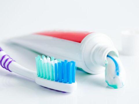 Cara menghilangkan komedo dengan pasta gigi.