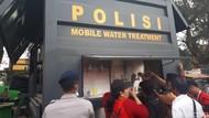 Kendaraan Brimob Ini Ubah Air Parit Jadi Minuman untuk Korban Gempa
