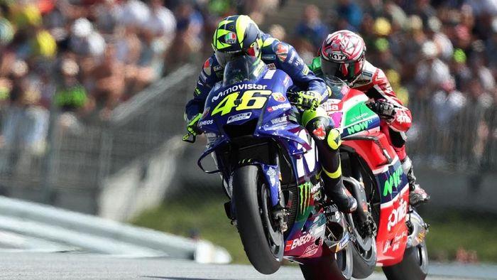 Valentino Rossi finis jauh lebih baik daripada Maverick Vinales walaupun sama-sama start di posisi tak oke (Foto: Lisi Niesner/Reuters)