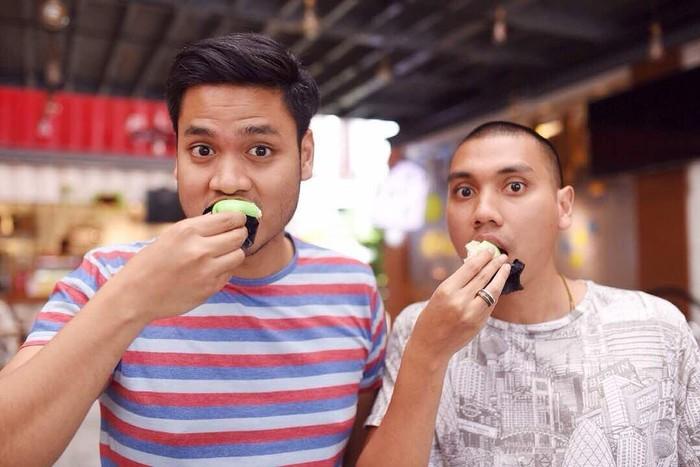 Pancake Durian adalah salah satu tujuan kuliner utama kalau kita ke Medan. Hanya Nino yang gak suka. Jadinya kita makan jauh-jauh dari dia, tulis pria bernama lengkap Astono Handoko itu saat makan pancake bersama Rayi.Foto: Instagram astaandoko