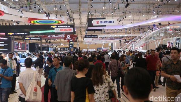Pada hari ke-dua penyelenggaraannya, GIIAS dikunjungi ratusan ribu pengunjung