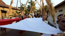 Agustusan dan Bersih Desa, Warga Ponorogo Bentangkan Bendera Jumbo