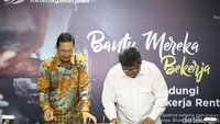 Direktur Kepesertaan BPJS Ketenagakerjaan E.Ilyas Lubis dan Deputi Baznas M. Arifin Purwakananta melakukan penandatanganan perjanjian kerjasama antara BPJS Ketenagakerjaan dengan Baznas di Jakarta, Senin (13/8/2018).