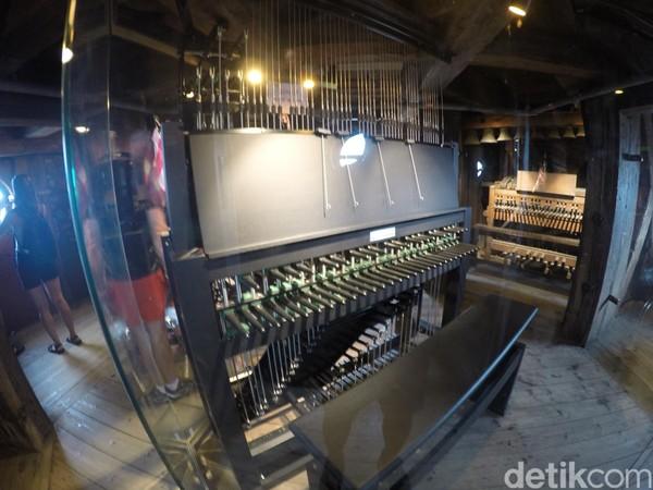 Bagian dalam kubah menara jadi tempat menyimpan barang-barang kebutuhan gereja. Organ, patung-patung malaikat yang rusak, juga lonceng yang tidak terpakai tersimpan di tiap ruangan yang ada di dalam kubah, seperti museum saja. (Uyung/detikTravel)