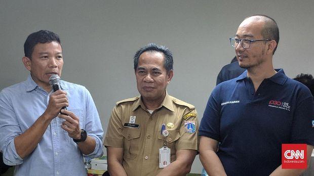 Penasehat PGO Indra Uno (kiri), Kadis UMKM Irwandi (tengah), dan Ketua Umum PGO Faransyah Jaya (kanan) saat meresmikan kantor resmi OK OCE di Mal Pelayanan Publik DKI Jakarta, Senin (13/8).