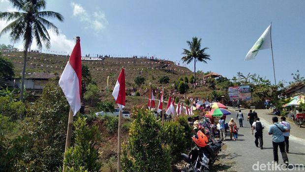 Keren! Ada Bendera Merah Putih Raksasa di Gunung Purba Nglanggeran