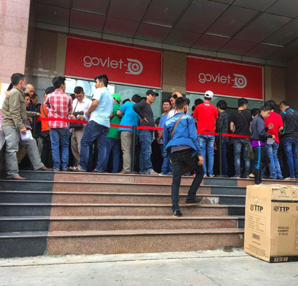 Setelah resmi beroperasi pada awal Agustus lalu, Go-Viet disambut antusias oleh konsumen sehingga banyak orang mendaftar sebagai driver. Ini kantor Go-Viet di Vietnam yang ramai disebut calon driver. Foto: Techbike