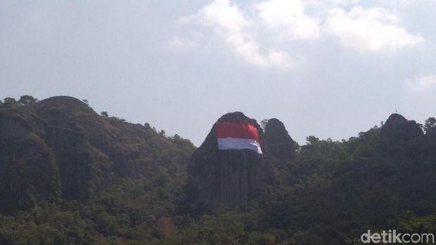Bendera merah putih raksasa di Gunung Api Purba Nglanggeran.
