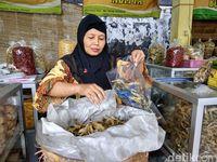 Kriuk-kriuk Renyah Keripik Belut Ada di Pasar Godean Sleman