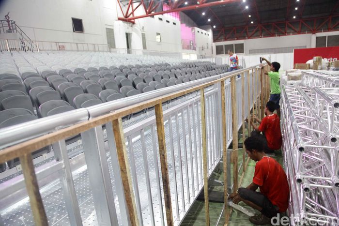 Sejumlah pekerja menyelesaikan venue cabang olahraga Angkat Besi di Hall D Jiexpo Kemayoran, Jakarta Pusat, Senin (13/8).