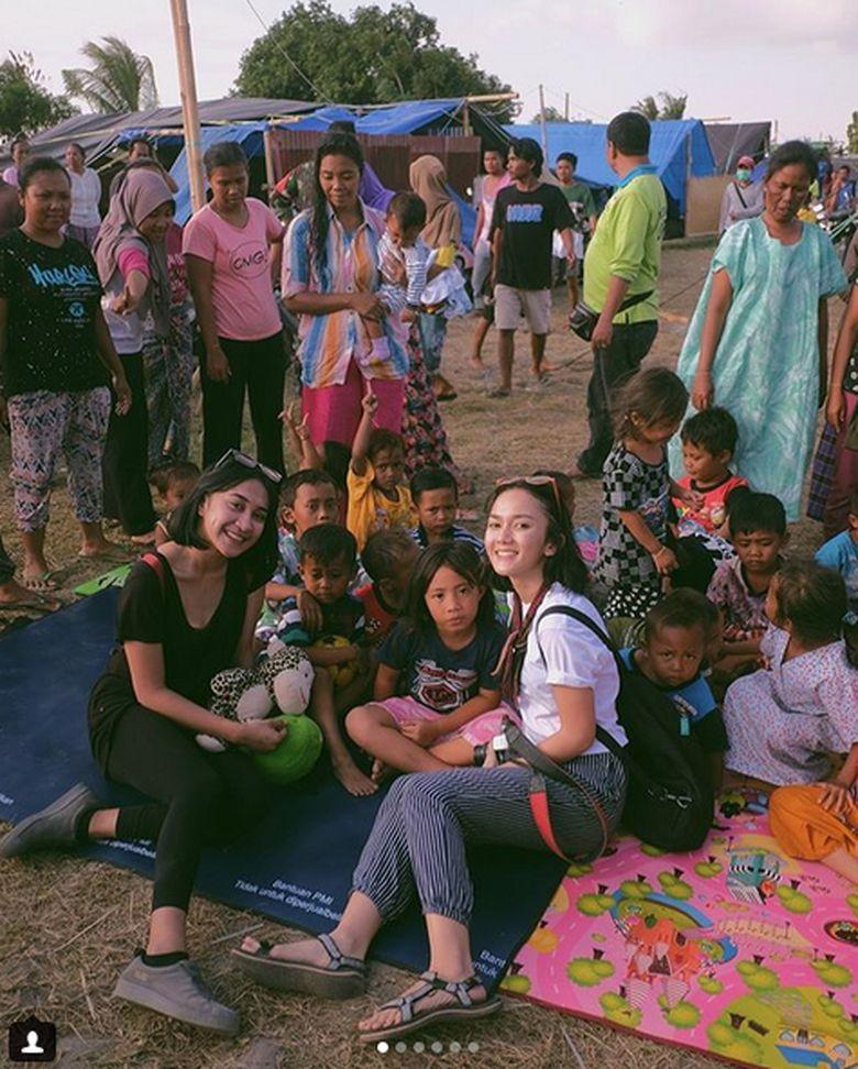 Seperti halnya Presiden Jokowi, Leona Agustine, Teddy Adithya dan rekan-rekannya datang ke Lombok, NTT untuk membantu pengungsi korban gempa. Dok. Instagram/leonagustine