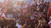 Mereka membagikan buku gambar serta kebutuhan lainnya untuk para pengungsi, terutama anak-anak. Dok. Instagram/leonagustine