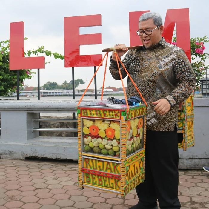 Ahmad Heryawan atau akrab disapa Aher, kini santer dikabarkan akan menggantikan posisi Sandiaga Uno sebagai Wakil Gubernur Jakarta. Politisi asal Sukabumi ini ternyata punya hobi ngerujak. Foto: Instagram @aheryawan