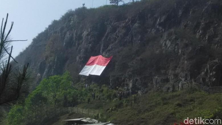 Komunitas Pemanjat Kibarkan Merah-Putih Jumbo di Tebing Lembang