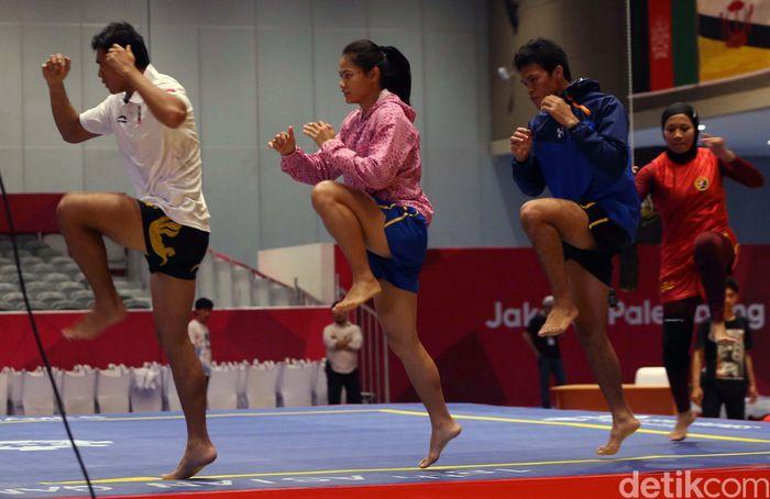 Atlet wushu berlatih di Hall B 3 di JIEXPO Kemayoran.