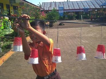 Hari Pramuka 2018 di Indonesia jatuh pada tanggal 14 Agustus. Karena dikit lagi HUT RI, si kecil ikut bantu menghias sekolah dengan nuansa merah putih. (Foto: Instagram @rangga_bargara)