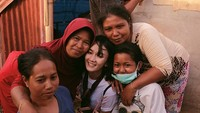 Senyumnya bersama para ibu di tenda pengungsi. Dok. Instagram/leonagustine