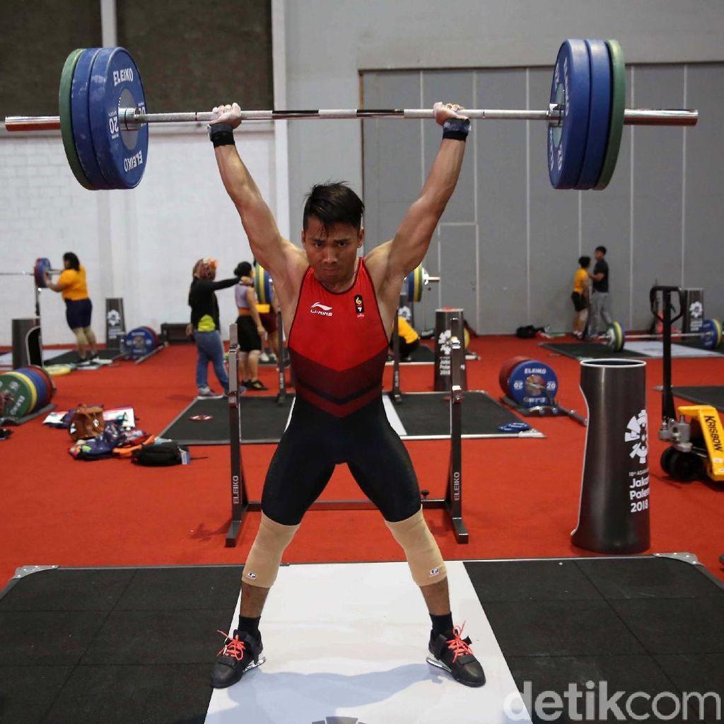 Latihan Berat Atlet Angkat Besi di Venue yang Belum Jadi