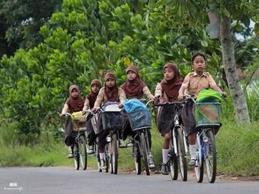 Semangat pergi ke sekolah, Nak. (Foto: Instagram @aikpahlawankita)