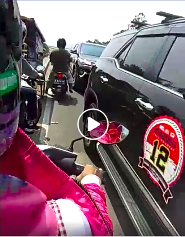 Viral! Rombongan Fortuner Lawan Arus. Foto: Screenshot Video Facebook