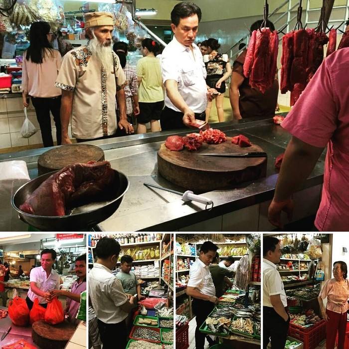 Pria kelahiran 5 Februari 1956 ini ternyata kerap datang ke pasar sendiri. Kali ini ia terlihat membeli beberapa potong daging hingga ikan asin. Foto: Instagram yusrilihzamhd