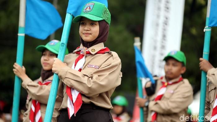 Sebanyak 350 anggota pramuka unjuk kebolehan di depan Presiden Jokowi. Mereka bermain tongkat serta bendera semapur.